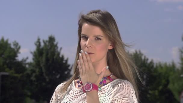 Lady sensuelle envoie un baiser — Vidéo