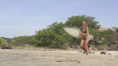 Girl with surfboard — Stock Video