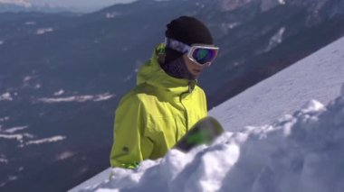 Snowboarder hiking uphill — Stock Video