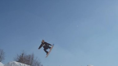 Snowboarder does trick — Stock Video