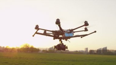 Multicopter flying forwards — Wideo stockowe