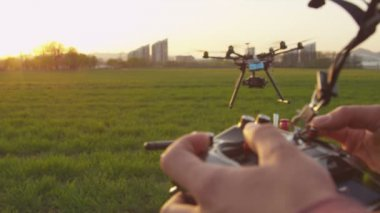 Drone operator flying multicopter — Vidéo