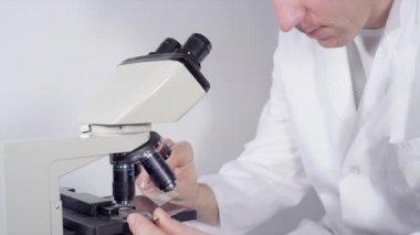 доктор с микроскопом — Стоковое видео