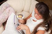 年轻女子读一本书 — 图库照片