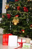 árbol de navidad decorado con regalos — Foto de Stock