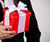 Närbild på mannen händerna hålla presentförpackning — Stockfoto