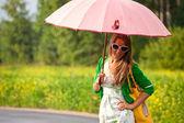 Glamour šťastná žena pod deštníkem — Stock fotografie