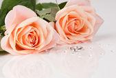 Beautiful diamond ring with pink roses — Stockfoto