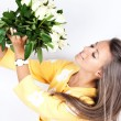 Pretty brunet woman holding bunch of roses — Stock Photo