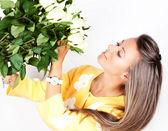 Pretty brunet woman holding bunch of roses — Stok fotoğraf