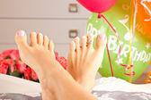 Diamantring med aquamarine i kvinnors fötter — Stockfoto