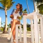 młode sexy kobieta w białym bikini, zachód słońca — Zdjęcie stockowe #47415055