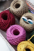 Bolas coloridas de tricô na bandeja — Fotografia Stock