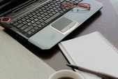 Portátil, archivo de documento, lápiz, calculadora, bloc de notas y gafas o — Foto de Stock
