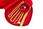 Verlovingsring en gouden sieraden — Stockfoto
