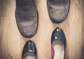 Zwart, bruin schoenen op hout achtergrond — Stockfoto