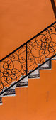 Mur orange et noir escalier — Photo