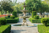 Road in a public park lead to the fountain — Stock Photo