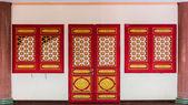 Trädörr med kinesiska traditionell stil mönster — Stockfoto