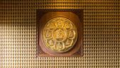 золотых будд выстроились вдоль стены китайский храм — Стоковое фото