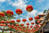 Chinese papieren lantaarns tegen een blauwe hemel — Stockfoto