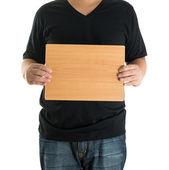 Close-up de mãos de homem mostrando a placa de madeira em branco — Fotografia Stock