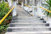 Staré betonové schody — Stock fotografie