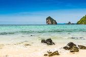 Rochers sur la plage dans une mer tropicale à krabi talay waek — Photo