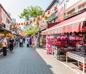 SINGAPORE - JUNE 20 : Bustling street of Chinatown district on J — Stock Photo