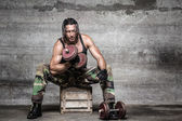 Aggressive muscle man lifting weights — ストック写真