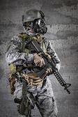 Soldado de máscara de gás com um rifle — Fotografia Stock