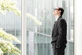 Empresario despierto mirando por la ventana — Foto de Stock