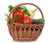 Tomates, concombres, poivrons et verts, dans le panier en osier, isolés sur blanc — Photo