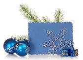 モミの木の枝、2 つの明るいクリスマスのおもちゃ、小さいギフト用の箱、スノーフレーク、白で隔離され、空のカード — ストック写真