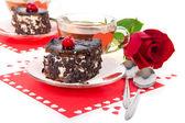 Tartas de cereza chocolate, té caliente y rosa roja aislado en blanco — Foto de Stock
