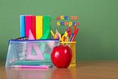 教科書、鉛筆、鉛筆ケースのサポートとアップルのハンドル — ストック写真
