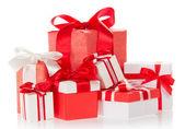 яркие красочные коробки с подарками, украшенные лентами и бантами — Стоковое фото