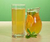 Herbata, napój pomarańczowy i mięta na stole — Zdjęcie stockowe