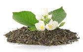Pilha seca chá com uma folha verde e flores de jasmim, isolado no branco — Foto Stock