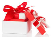 Cadeau avec un arc dans une boîte blanche et couvercle près isolé sur blanc — Photo