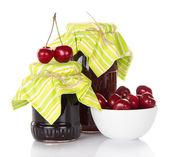 Due barattoli di marmellata, una tazza con ciliegie — Foto Stock