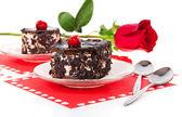 Торты шоколад вишневый и красные розы в день Святого Валентина, изолированные на белом — Стоковое фото
