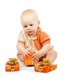 Beckam mantiene scatola regalo colorato isolato su bianco — Foto Stock