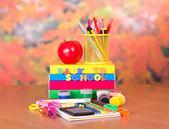 Kitaplar, aksesuarlar, çizim ve harf ve apple bir tablo üzerinde bir dizi — Stok fotoğraf