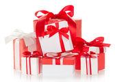 яркие красочные коробки с подарками, украшенные лентами и бантами, изолированные на белом — Стоковое фото