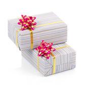 Scatole regalo colorato con fiocco rosa isolato su bianco — Foto Stock