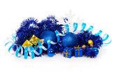 Blauwe kerstballen en blauw, goud geschenkdozen, blauwe klatergoud, serpentijn, sneeuwvlokken geïsoleerd op wit — Stockfoto