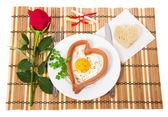 形式上一个白板、 炒鸡蛋和面包的心的香肠,笔记与预测、 红玫瑰 — 图库照片
