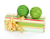 Dárkové krabice a vánoční zelené koule izolovaných na bílém — Stock fotografie