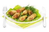 Pannenkoeken met zalm en salade, bestek geïsoleerd op wit — Stockfoto